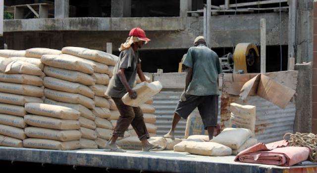 Hausse du prix du ciment l 39 etat annule et menace les for Prix du ciment en france