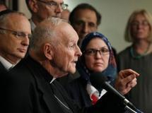 Le cardinal Theodore McCarrick (C), le Dr Ingrid Mattson la présidente de la Société islamique d'Amérique du Nord ( D), et le rabbin David Saperstein (G), ont condamné la décision de l'église de Gainesville, en Floride, de brûler le Coran. AFP