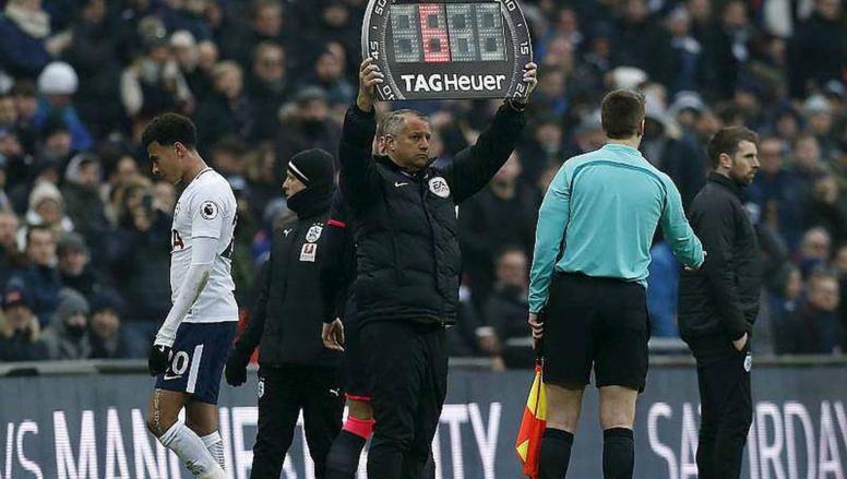 l'UEFA adopte la règle du 4e changement et permet aussi aux clubs de...