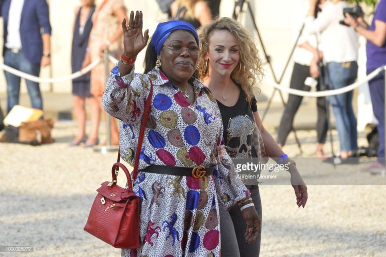 (06 photos) – La mère de Paul Pogba et sa petite amie à l'Élysée