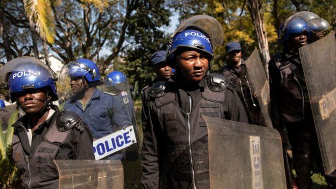 La police du Zimbabwe 'traque' neuf opposants