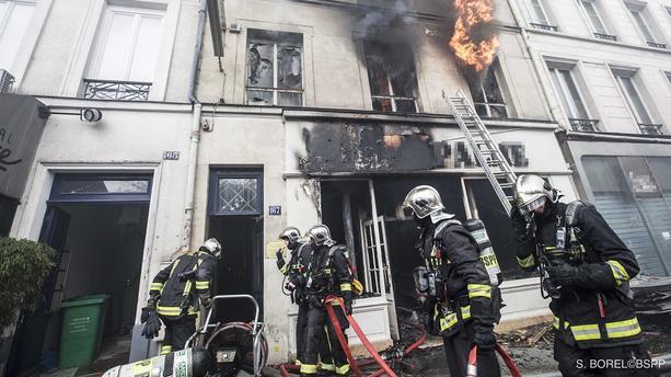 Un appartement entièrement détruit par les flammes à Paris