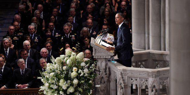 """Obama livre un hommage à son ancien adversaire John McCain, """"Nous étions dans la même équipe"""""""