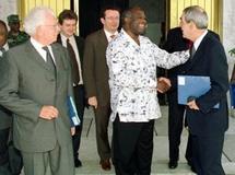 Le président de Côté d'Ivoire Laurent Gbagbo (C) accueille Charles Josselin (G) et Henri Emmanuelli, une délégation du bureau national du Parti socialiste français pour une mission d'information, le 27 février 2003 à sa résidence de Cocody à Abi