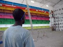 Préparation du Festival des arts nègres : bacs de poissonniers, peinture et pochoirs ont suffi pour décorer la salle des cafés littéraires.