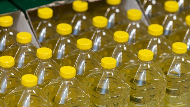 Des victimes d'inondation reçoivent de l'huile périmée au Ghana