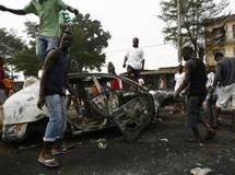 Un véhicule brûlé après des scènes de violences avec les forces de l'ordre dans les rues d'Abobo, le 12 janvier 2011. Reuters/Luc Gnago