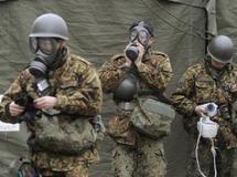 Des soldats japonais se protègent d'éventuelles radiations, le 15 mars 2011. Reuters