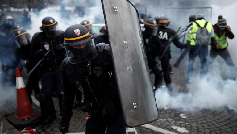 Les «gilets jaunes» défilent à Paris, heurts avec la police sur les Champs-Elysées