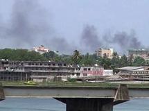 De la fumée s'échappe du centre-ville d'Abidjan, le 31 mars 2011. REUTERS/Reuters TV