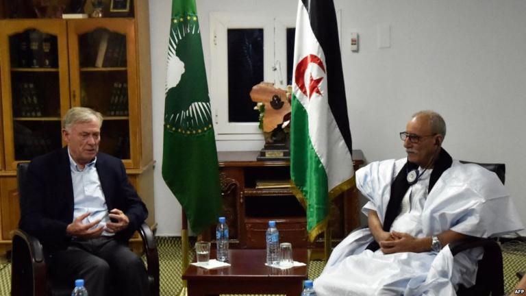 Le représentant de l'ONU Horst Koehler et le secrétaire général du Polisario Brahim Ghali, à Tindouf, en Algerie, le 19 octobre 2017.
