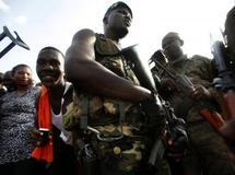 Des partisans d'Alassane Ouattara lors de l'offensive lancée pour mettre fin au régime de Laurent Gbagbo. Reuters/Emmanuel Braun