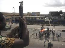 Des combattants pro-Ouattara déplient un drapeau ivoirien à Abidjan, le 11 avril 2011. REUTERS/Emmanuel Braun