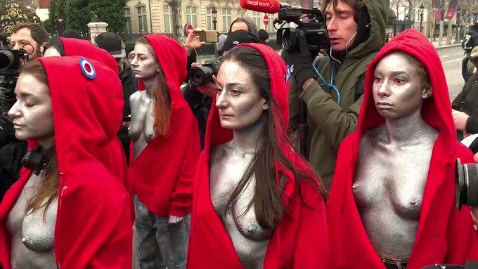 Gilets Jaunes : seins nus, des femmes habillées en Marianne font face aux CRS