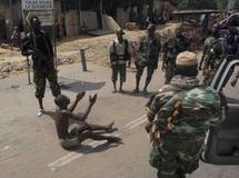 Un homme qui vient de recevoir une balle à la jambe, tirée par un soldat pro-Ouattara, clame qu'il n'est pas un milicien pro-Gbagbo, le 12 avril à Abidjan. Reuters/Emmanuel Braun