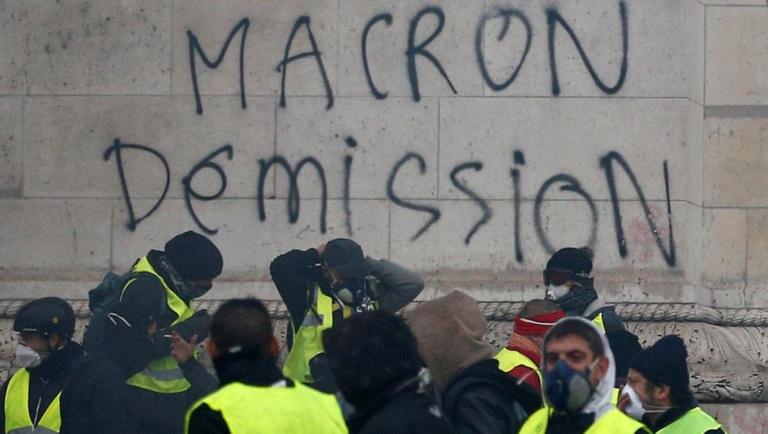 Macron prépare un grand débat national pour renouer le fil avec les Français