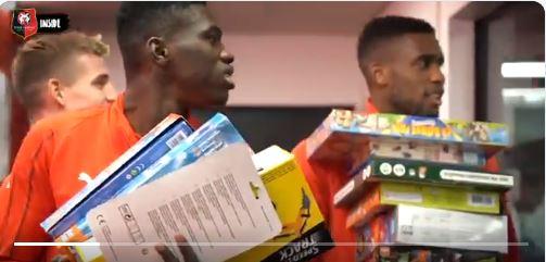 """Rennes au service des démunis : Quand Ismaila Sarr et ses coéquipiers jouent au """"Père Noël"""" (vidéo)"""