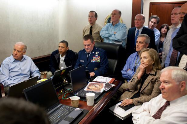 Barack Obama, Joe Biden, Hillary Clinton et plusieurs conseillers à la Sécurité intérieure, dans la Situation Room de la Maison Blanche, le 1er mai 2011, suivent en direct l'opération pour éliminer Ben Laden. WHITE HOUSE