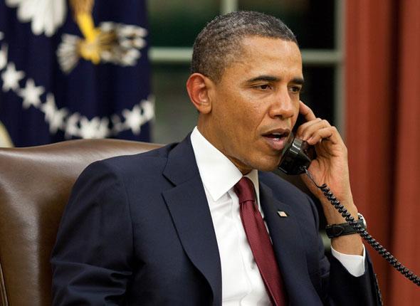 Le président Obama parle au téléphone dans le bureau ovale de la Maison Blanche avant de s'adresser à la presse au sujet de l'opération Ben Laden. Barack Obama a passé une série de coups de téléphone, en particulier à ses prédécesseurs Geo