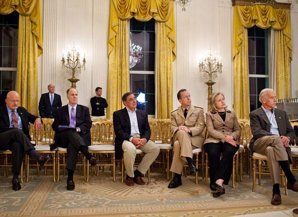 Des membres de l'administration écoutent le discours de Barack Obama à la presse à la Maison Blanche, le 1er mai 2011.