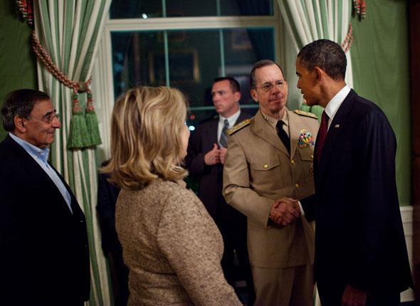 Le président Barack Obama sert la main de l'amiral Mike Mullen dans la Green Room de la Maison Blanche à la suite de son intervention devant la presse, Washington, le 1er mai 2011.