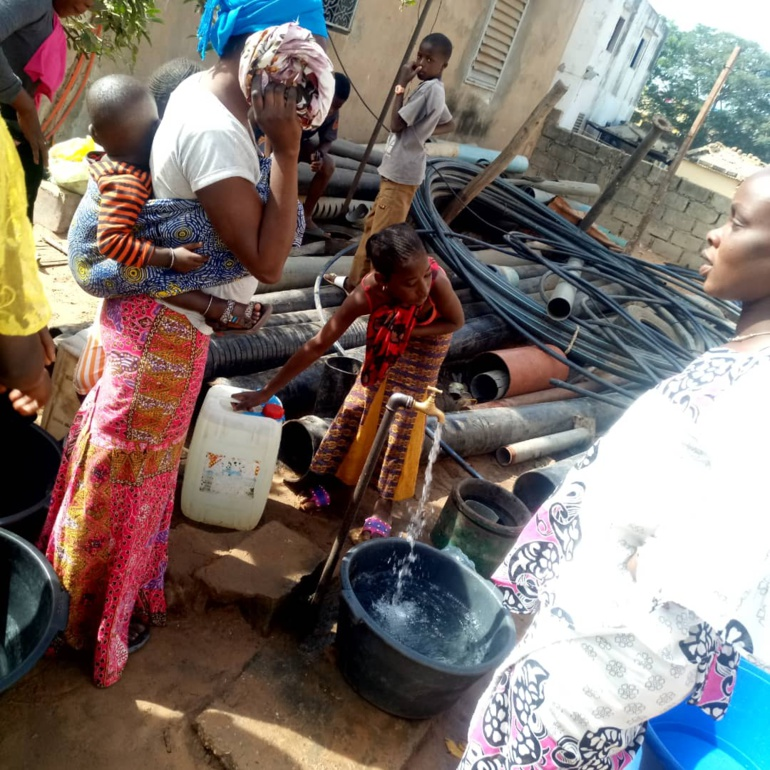 Les populations du quartier Ngaye Ngaye 1 à la recherche d'eau dans d'autres quartiers de la ville de mboro