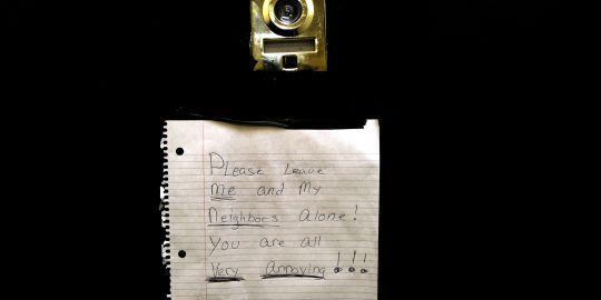Le mot adressé aux journalistes et laissé sur la porte d'un voisin de la victime présumée de Dominique Strauss-Kahn, dans un immeuble du Bronx.AFP/STR.