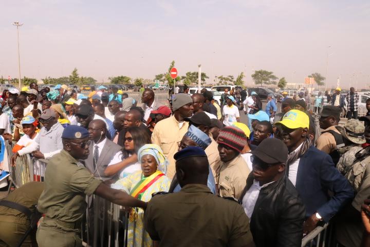 Les militants libéraux parqués derrière une barrière en face du salon d'honneur de l'Aéroport