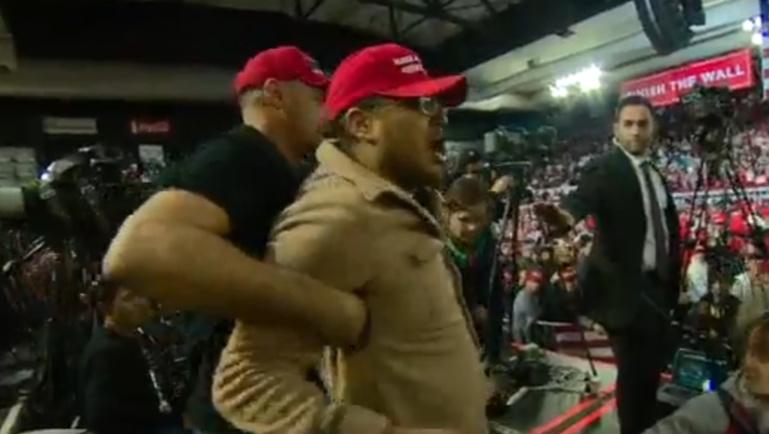 Un partisan de Trump attaque un caméraman de la BBC pendant un meeting du président