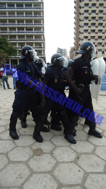 """VIDEOS - Direct Place de l'Indépendance : Thiat embarqué comme du """"gibier"""" par la police"""