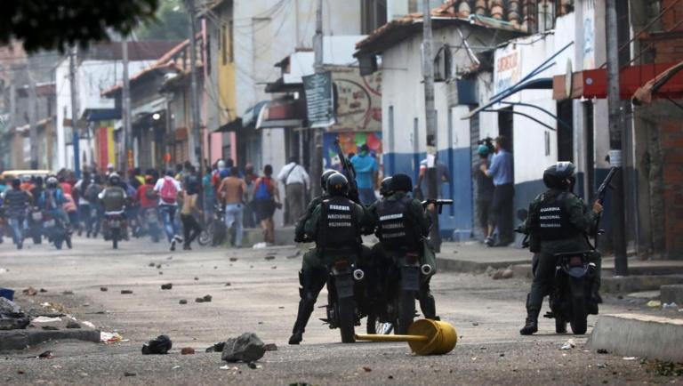 A la frontière colombienne, premières échauffourées du côté vénézuélien