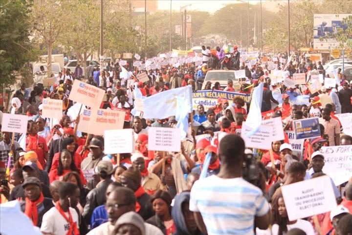 """Sit-in des femmes de l'opposition au Rond-point Sandaga pour """"préparer le deuxième tour"""""""