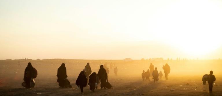 En Syrie, les derniers jihadistes de l'EI se replient dans un camp de fortune