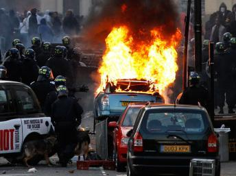 Une voiture incendiée dans l'est de Londres, dans le quartier d'Hackney, le 8 août 2011. Reuters/Luke MacGregor