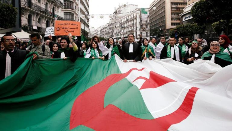 Algérie: l'armée en arbitre, la méfiance des opposants et de la rue