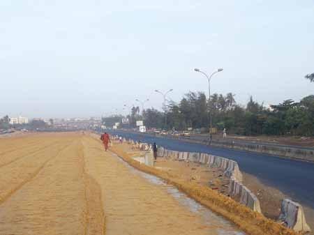 Des eaux nauséabondes défient les autorités et sabotent l'autoroute à péage