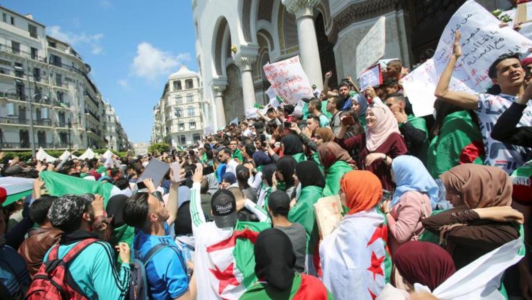 Après trois victoires populaires, les Algériens maintiennent la pression