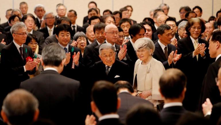 Les Japonais face au changement de génération anticipé sur le trône impérial
