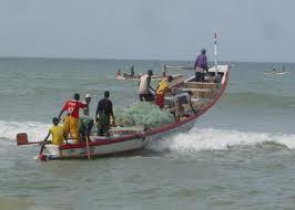 A Kayar, une trentaine de pirogues détruites par les vagues