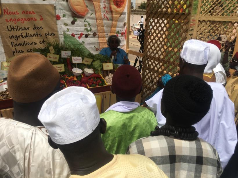Imams, prêtres et représentants familles religieuses écoutant une nutritionniste de Nestle qui explique la composition des bouillons Maggi