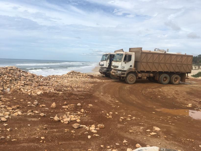 Deux camions des ICS déversant ici des produits toxiques sur la plage du village de Khondio  le 18 septembre 2018