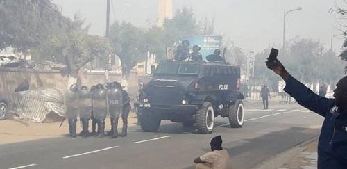 URGENT - La police disperse des manifestants sur l'avenue Bourguiba