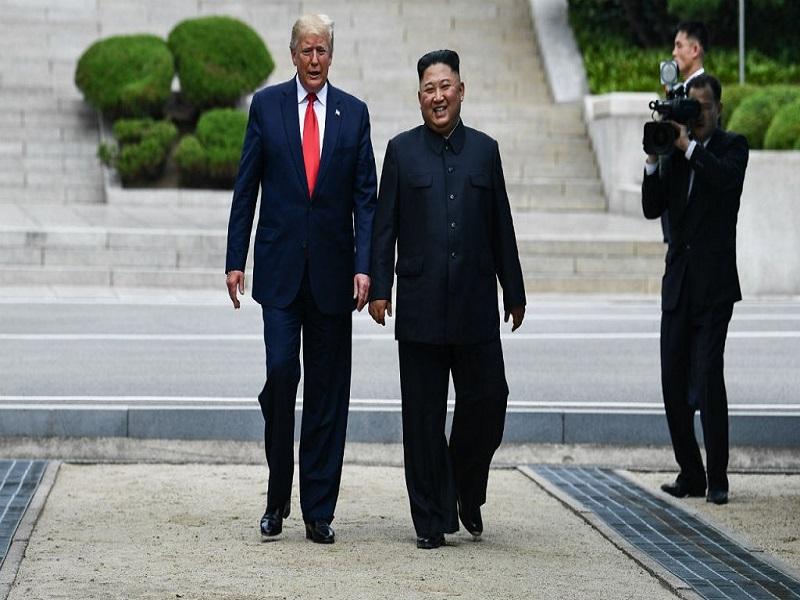 Donald Trump entre en Corée du Nord avec Kim Jong Un, une première historique
