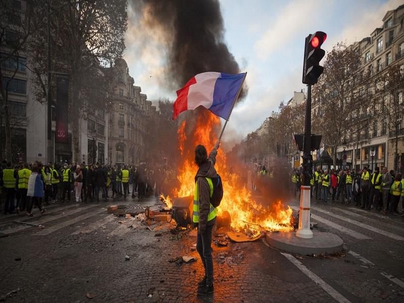 EN DIRECT - 14 juillet: Affrontements au milieu des Champs-Elysées - Plusieurs blessés dont une femme qui a perdu son œil