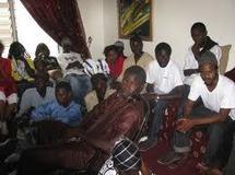 Riposte pacifique des jeunes de l'opposition contre l'emprisonnement de Barthélémy Dias