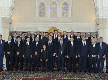 Le roi du Maroc Mohammed VI et le prince héritier Hassan posant pour la photo de famille avec les membres du nouveau gouvernement au palais royal de Rabat, le 3 janvier 2012. REUTERS/Maghreb arabe presse/Handout