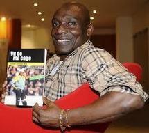 Joseph-Antoine Bell, auteur de «Vu de ma cage», aux éditions du Schabel à Yaoundé