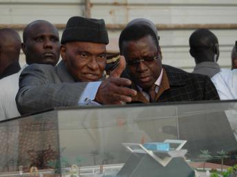 Le président sénégalais Abdoulaye Wade avec son architecte conseil Pierre Goudiaby devant la maquette du projet de mémorial du Joola. RFI/Laurent Correau