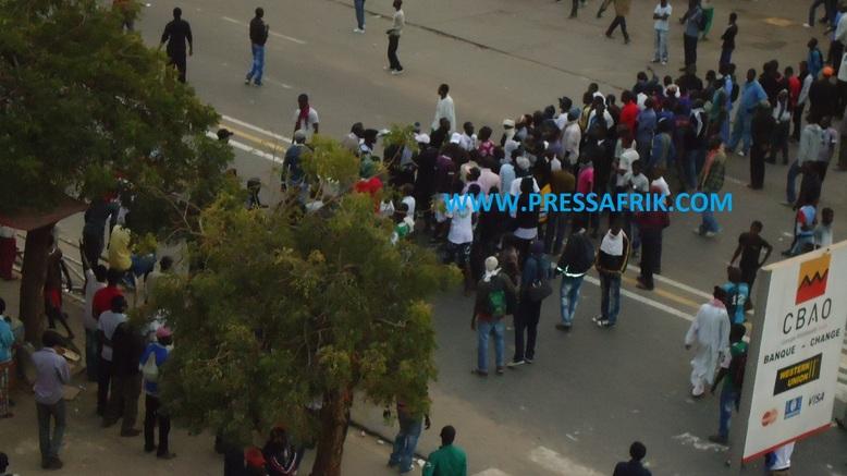 VIDEO - Les jeunes boycottent les discours et font face aux forces de l'ordre
