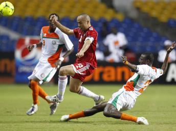 Le Nigérien Moussa Maazou tacle le Marocain Houssine Kharja, le 31 janvier 2012 à Libreville. REUTERS/Thomas Mukoya